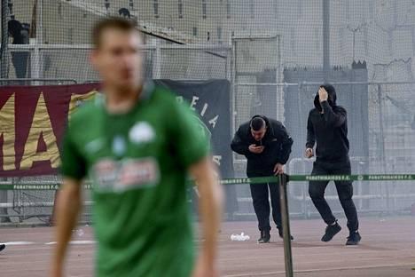 Ottelu päätettiin keskeyttää turvallisuussyistä, koska poliisin stadionin ulkopuolella käyttämät kaasut tulivat stadionille.