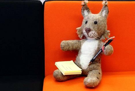 Alma-ilves valmistautuu työpäivään kirjastolla kirjoittamalla ylös, mitä yökyläilyä varten tarvitsee pakata reppuun. Mukaan lähtevät ainakin hammasharja, pyjama ja unilelu.
