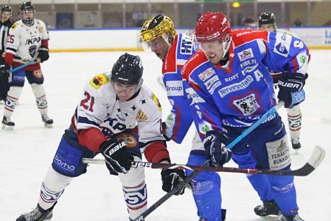 Värikypärät Jesse Pelamo (kultainen) ja Mikko Lahtinen (punainen) väänsivät tosissaan Hermeksen Jesse Huhtalaa vastaan.