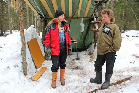 """Paikallisen tuen määrä on ollut tosi iso, sanovat Markku Heritty ja Teemu Jokinen Kaapelinkulman protestileirin """"keittiön"""" edustalla. –He näyttävät kantansa tuomalla kassikaupalla ruokaa. Joitain asioita, kuten vihanneksia, on jouduttu ostamaan."""