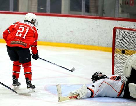 Kiekko verkossa. Saku Hautamäki teki ensimmäisen maalinsa A-junioreissa kauden päätösottelussa KJT:tä vastaan.