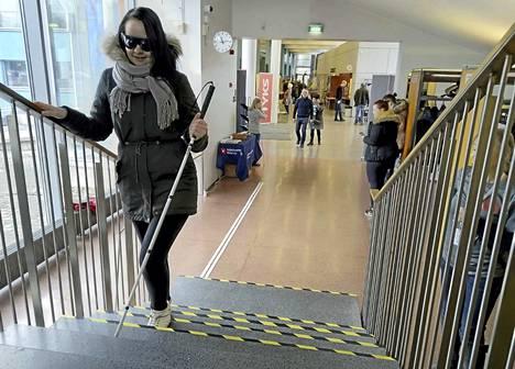 Haittalasiradalla sai varoa askeleitaan. Heidi Vainio käveli radalla putkinäkölasit silmillään. Valtaosin mustassa näkökentässä oli pieni pyöreä piste, josta näki jotenkuten eteensä.