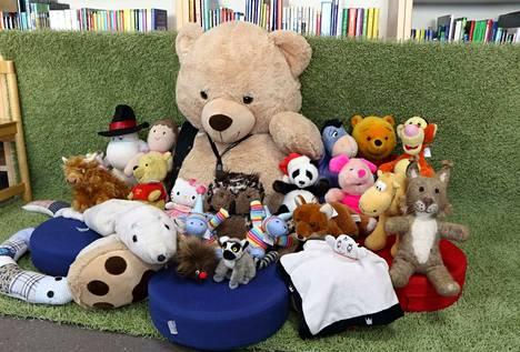 Lapset jättivät keskiviikkona rakkaat pehmolelunsa kirjastolle, missä lelut viettivät yön. Aamulla tämä porukka ryhtyi pirteänä hommiin.