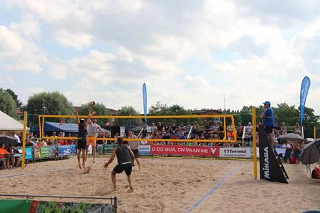 Beach volleyn SM-kiertueen turnaus täytti viime kesänä Kaalisaareen tuodut katsomot. Turnauksessa nähtiin myös paikallista väriä, kun lentopallon erikoismies Olli Kunnari pelasi parinsa Ville Heiskasen kanssa.