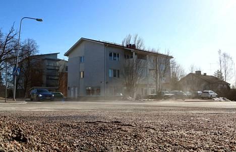 Katupöly ja tuuli eivät ole paras pari, sen sai perjantaina kokea Jämsän keskustassa. Ilmassa seikkaileva pöly tunkee silmiin ja suuhun.