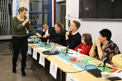 Vedetään hatusta -osiossa ehdokkaat nostivat hatusta sattumanvaraisen kysymyksen ja vastasivat siihen. Tyrvään Sanomien päätoimittaja Hanna Pihlajamäki kiersi hatun kanssa.