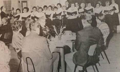 Kolhon eläkeläisten kuoron kahvikonsertti kokosi työväentalon salin pöydät täyteen.