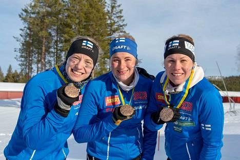 Suomen naisten mitalijoukkue Mirka Suutari, Milka Reponen ja Salla Koskela.