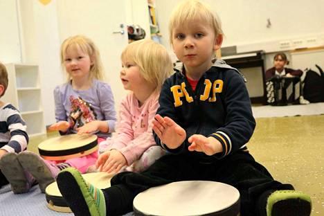 Inari Koponen, Tiia Ekman ja Venni Peuno näyttävät rummuttamisen mallia hoitokavereilleen.