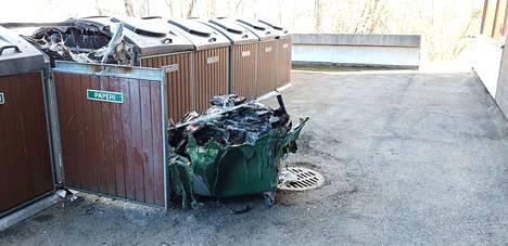 Apiankatu 5:n takapihalla paloi maanantai-iltana paperinkeräysastia. Poliisi epäilee paloa tahallaan sytytetyksi.