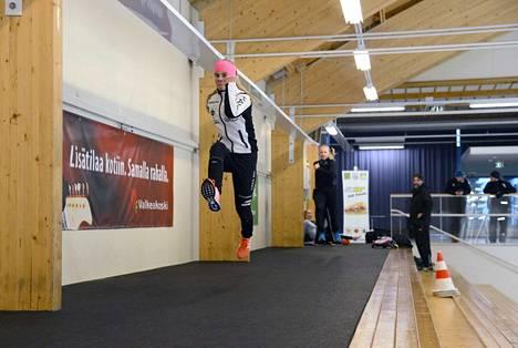 Elisabet Kujanpää loikkii juoksusuoran treeneissä ja takaa tulee Martta Laine.