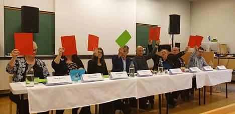 Ehdokkaat näyttävät lapuillaan kantansa Natoon.