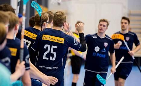 Juuso Mutikainen (25) ja muut Pirkkain miehet saivat läiskiä jälleen kämmeniä yhteen, kun joukkue eteni Divarin nousukarsintojen toiseen vaiheeseen kaatamalla Lehmo Ballsin otteluvoitoin 2–0.