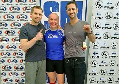 Entinen UFC-ottelija Tom Niinimäki (vas.), tamperelaisen MMA Team 300:n Janika Antinmaa sekä seuratoveri Orash Schmid asettuivat yhteiskuvaan SM-kisojen tiimellyksessä.