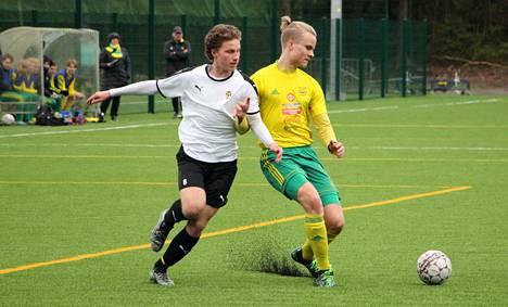 Ville Kantosen Ilves ja Lauri Prinkkilän (vas.) Kuopion Palloseura tehtailivat kaikkiaan seitsemän maalia 17-vuotiaiden poikien SM-sarjan tiukassa taistossa sunnuntaina.