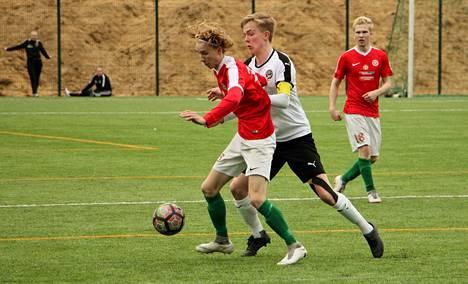 Jere Parviainen (vas.), Martti Leppänen ja muut TPV:n punapaidat jäivät Tero Ylä-Peräisen FC Hakan jalkoihin Kaupissa lauantaina.