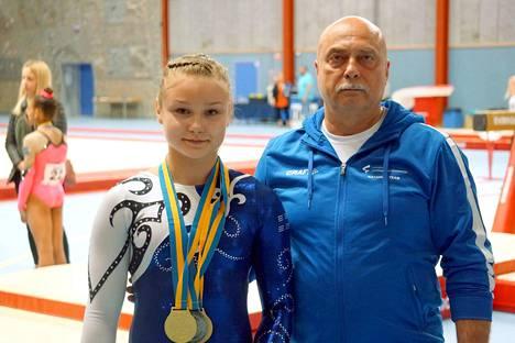 Tampereen Voimistelijoiden Maisa Kuusikko saavutti PM-kilpailuista kasan kärkisijoja vierellään valmentajansa Igor Cherepov.