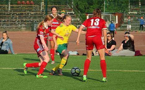 Hilkka Koskisen Ilves/2 menetti johtonsa tiistain ottelun toisella jaksolla Maarit Vitikan (13) Sportin tiukassa puristuksessa.