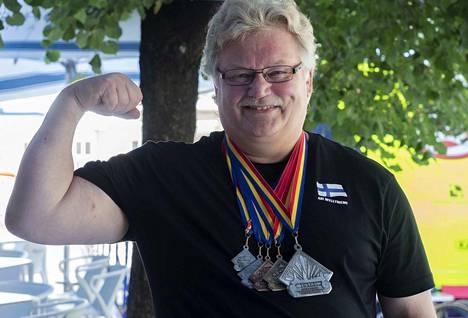 Yhteistuloksen hopean lisäksi Ari Myllyniemi otti Romaniassa kultaa maastanostossa, sillä kansainvälisissä kisoissa jaetaan palkinnot myös osalajeissa. Nokialla voi törmätä siis tyytyväiseen Euroopan mestariin.