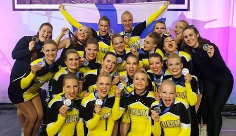 Tamperelainen Dream Team Dancers riemuitsi kovatasoisen tanssisarjan EM-hopeasta Pietarissa.