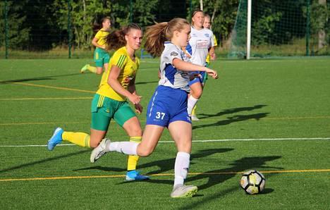 Aino Joen (37) EBK kirmasi 2–0-voittoon Pessia Purhosen (vas.) Ilveksen vieraana Kaupissa maanantaina.