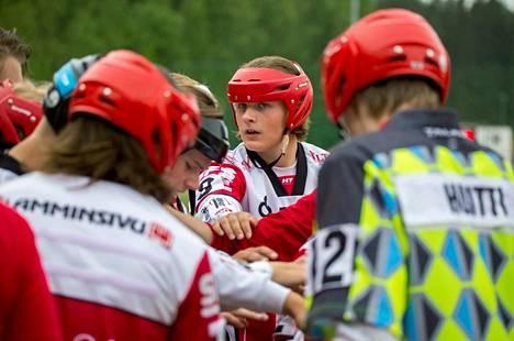 Eetu Mutikainen (kesk.) ja muut Mansen pojat ovat tiukan paikan edessä Kiteellä: voitolla tamperelaiset etenevät välieriin, tappiolla kausi loppuu siihen.