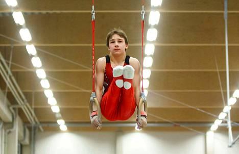 Ruotsissa Sisun poikien tähtenä loisti Joona Reiman, joka saavutti telinefinaaleissa kolme kultaa, kaksi hopeaa sekä yhden pronssin.