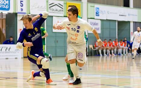 Rafael Giorgion (10) Akaa Futsal tarjosi tupsukorvien maalivahdille Aleksi Pennaselle kovaa pallosadetta lauantain liigataistossa.