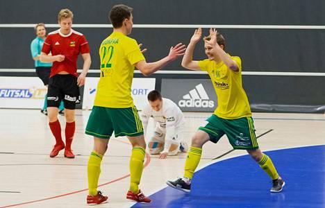 Sampo Suonpään (22) ja Petri Joupin (16) Ilves pääsi juhlimaan kauden ensimmäistä täyttä pottia tykittämällä viisi osumaa Sievin maalivahdin Miikka Isosalon (kesk.) selän taakse.