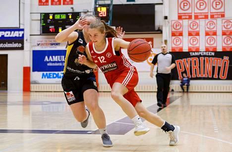 Emilia Anttilan (12) Pyrintö pyyhälsi Kaisa Pirttisen (vas.) BC Nokian kumoon Pyynikillä pistein 95–66. Tamperelaisilla on nyt kasassa kahdeksan voittoa kahdeksasta ottelusta.
