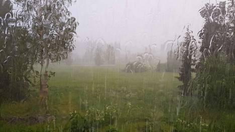 Salamoiden ohella ukkoset tuottivat myös rankkaa sadetta sekä voimakkaita ukkospuuskia.