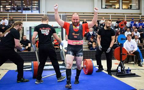 Tampereen Voimanostajien Vesa Mattila huhki SM-lavalla kovassa iskussa, avoimen luokan kultamitali irtosi 855 kilon yhteistuloksella.