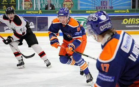 Viljami Niemisen (17) ja Jiri Suhradan (24) kirvesrinnat kukistivat Samuli Aaltosen (vas.) Ässät jo toistamiseen liigakevään aikana, tammikuun alussa voitto tuli luvuin 7–2 ja viime lauantaina maalein 2–0.