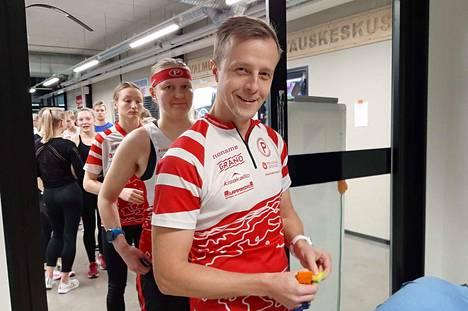 Pyrinnön Street-O-suunnistuksen vastuuhenkilönä toimii Markus Ritala (edessä). Ruuhkakuva tosin on viime uudenvuodenpäivänä Kaupissa pidetystä sisäsuunnistuksesta.