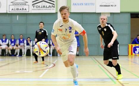 Kotimaan liigaa kesken jääneellä kaudella hallinneen Akaa Futsalin Jussi Nyström (7) ja muut leijonapaidat voivat nyt huokaista helpotuksesta: palkinto kovasta työstä tuli europaikan muodossa.