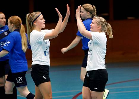 Jasmin Ylikraka (vas.) ja Netta Hannula ovat pelanneet yhdessä Musan Salamassa ja nyt myös Suomen maajoukkueessa.