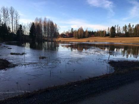 Vihteljärven vesi lainehtii jo rantamailla ja pelloilla.