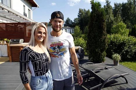 Lotta Harala kotinsa terassilla avopuolison, jääkiekkoilija Matias Myttysen kanssa.