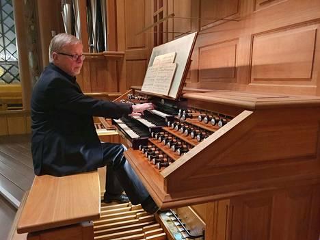 Urkutaiteilija Ralph Gustafsson esitti Keski-Porin kirkon iltamusiikkisarjan päätöskonsertissa Louis Viernen viidennen urkusinfonian taiturillisen säkenöivästi.