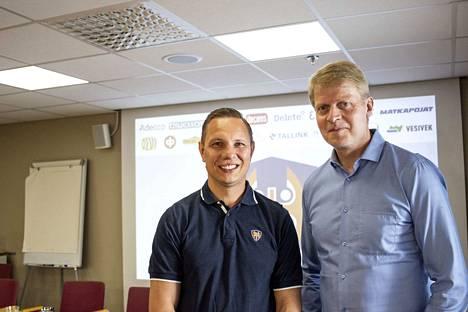 Jussi Tapola (vas.) ja Jukka Rautakorpi vaihtavat rooleja ensi kaudella. Tapolasta tulee Tapparan päävalmentaja ja Rautakorvesta urheilujohtaja.