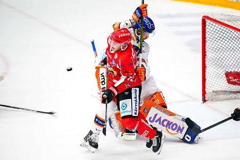 Alexander Ytterell yritti pitää Sportin Jesse Paukun kurissa Christian Heljangon maalin edessä.