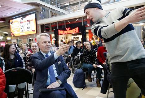 Vihreiden Pekka Haavisto kävi Porissa soittamassa levyjä ja nostattamassa vaalihenkeä. Kuvassa puheenjohtajaa kannustaa Satakunnan toiminnanjohtaja Jaakko Lehtonen.
