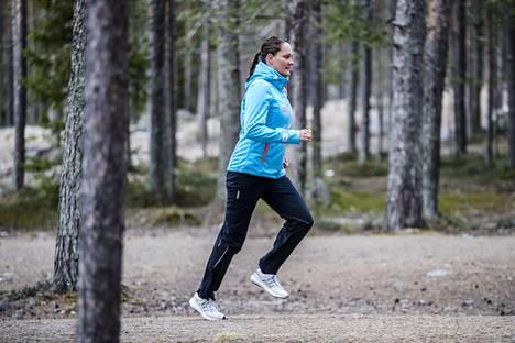 Susanna Parkkisenniemi opettaa miten aloittaa juoksuharrastus.