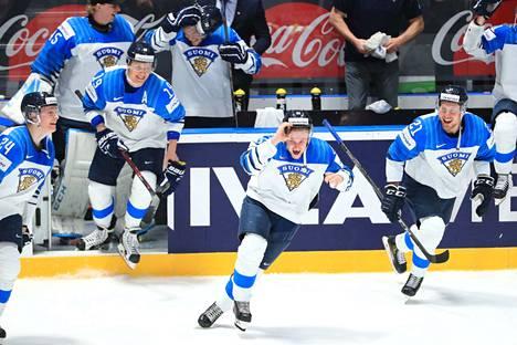 Sakari Manninen (kesk.) ja Suomen muut pelaajat pääsivät juhlimaan maailmanmestaruutta.