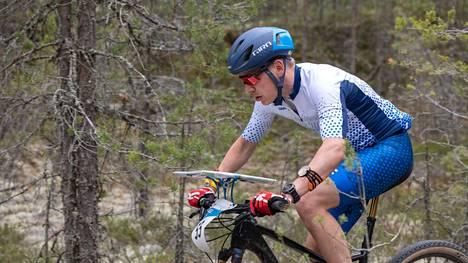 Pekka Niemi pyöräili MM-viestissä toisella osuudella.