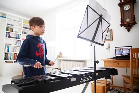 Palmgren-konservatoriossa opiskeleva Hiroto Sahi  opiskeli viime keväänä etäyhteyksien avulla xylofonin soittoa.  25. tammikuuta lähtien konservatorion lasten ja nuorten ryhmäopetus voidaan tietyin edellytyksin taas käynnistää.