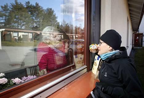 Seija Nopparin muistisairas ja huonokuuloinen äiti Helvi Noppari on ollut eristyksissä palvelutalossa jo maaliskuusta saakka. Äiti ja tytär kommunikoivat ikkunan läpi tuuletusluukusta huutamalla. Ikävä on suunnaton lasin molemmin puolin.