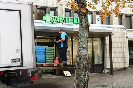 Turengin apteekki muutti viime viikolla Kelan vanhoihin tiloihin. Apteekkari Riitta Andersinin mukaan järjesteltävää riittää vielä.