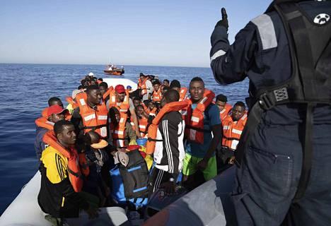 Tänä vuonna eniten siirtolaisia on saapunut Italiaan. Kansalaisjärjestö Sea-Watch pelasti kesäkuun loppupuolella yli 90 pieneen veneeseen ahtautunutta ihmistä 30 kilometriä Libyan rannikolta.