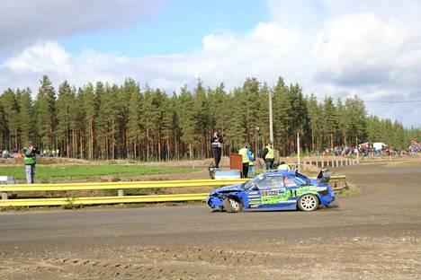 Uskokaa tai älkää – tämä auto saapui maaliin asti. Yleisö palkitsi Jori Seppälän uroteon kunnioittavilla aplodeilla.